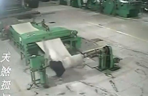 【地獄車】中国工場で機械に巻き込まれた男性、数分間誰にも知られず回転し続ける・・・・・(画像、動画)・3枚目