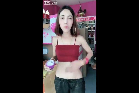 【商魂】中国の美白クリーム売りのお姉さん、売る為に身体張りまくってて草wwwwwww(画像、動画)・4枚目