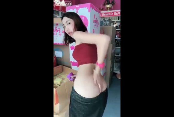 【商魂】中国の美白クリーム売りのお姉さん、売る為に身体張りまくってて草wwwwwww(画像、動画)・5枚目
