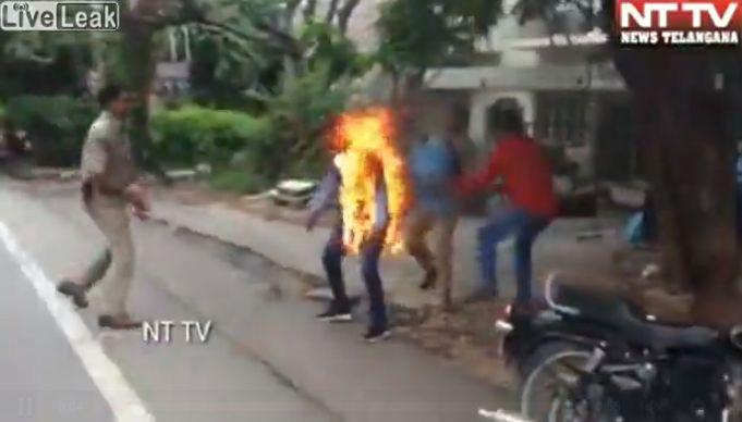 【インド】警察署の目の前で焼身自殺を図った男性、全身の60%に及ぶ火傷を負うも生還!!・1枚目