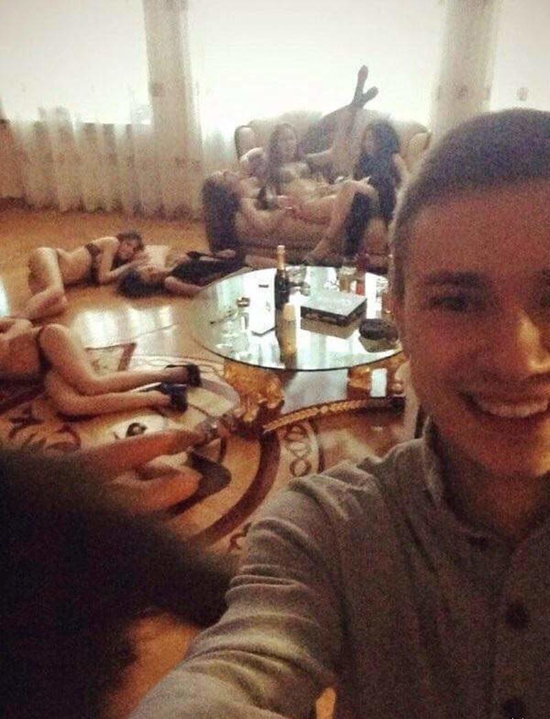 【SNS】海外リア充の飲み会の様子、裸でも問答無用でSNSにUPされてる・・・・・(画像)・8枚目