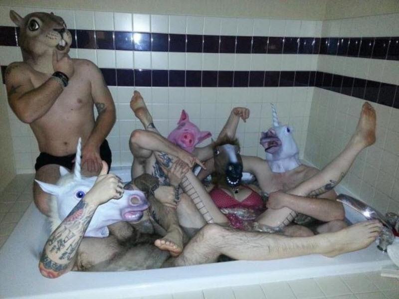 【SNS】海外リア充の飲み会の様子、裸でも問答無用でSNSにUPされてる・・・・・(画像)・11枚目