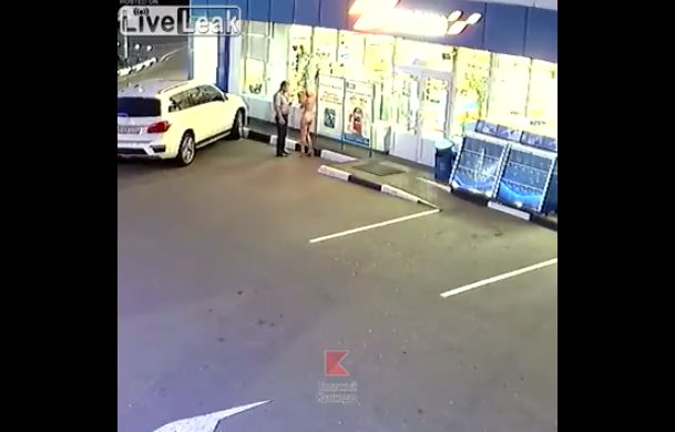【変態速報】深夜の商店で全裸ショッピングを楽しむ外人ネキを捉えた監視カメラ映像、楽しそう・・・・・(動画、画像)・1枚目