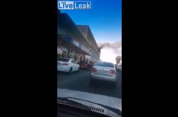 【衝撃】自宅が家事で道路に飛び降りた女性、ギリギリ生きてるけどコレもう・・・・・(動画)・1枚目