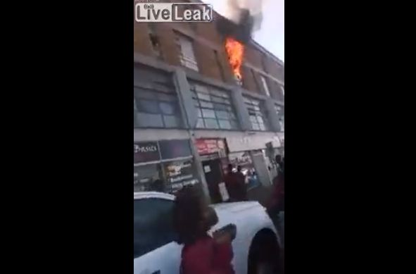 【衝撃】自宅が家事で道路に飛び降りた女性、ギリギリ生きてるけどコレもう・・・・・(動画)・2枚目