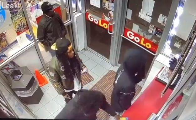 【無情】シカゴのガソリンスタンドで銃乱射、ドレッドの兄ちゃん仲間から盾にされまくる・・・・・(動画)・1枚目