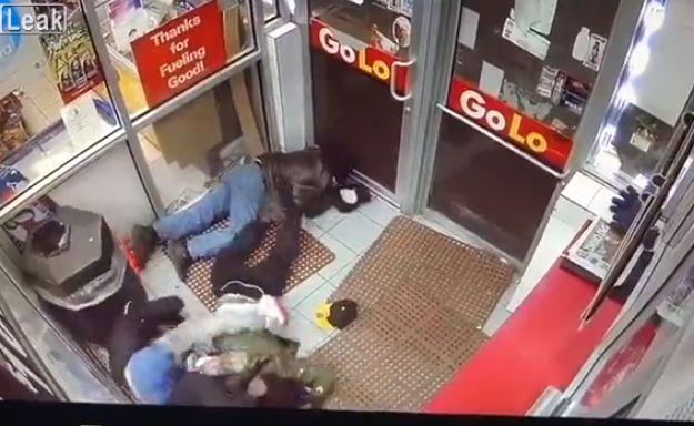 【無情】シカゴのガソリンスタンドで銃乱射、ドレッドの兄ちゃん仲間から盾にされまくる・・・・・(動画)・2枚目