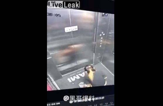【迷惑行為】膀胱が限界に達したまんさん、エレベーターの中で・・・・・(動画)・2枚目
