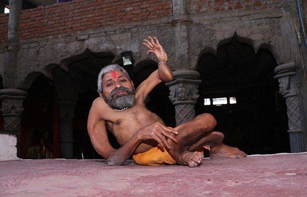【神秘】インドで古代神の生まれ変わりとされ崇められた男性司祭、マジでインド産まれて良かったな・・・・・(画像)・1枚目