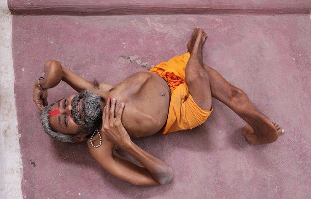 【神秘】インドで古代神の生まれ変わりとされ崇められた男性司祭、マジでインド産まれて良かったな・・・・・(画像)・4枚目