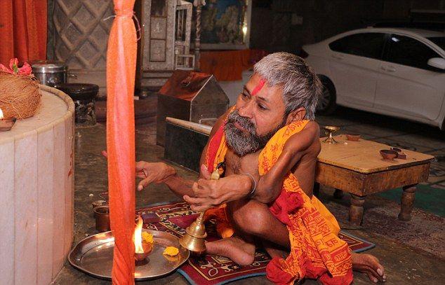 【神秘】インドで古代神の生まれ変わりとされ崇められた男性司祭、マジでインド産まれて良かったな・・・・・(画像)・7枚目
