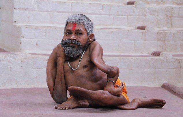 【神秘】インドで古代神の生まれ変わりとされ崇められた男性司祭、マジでインド産まれて良かったな・・・・・(画像)・8枚目