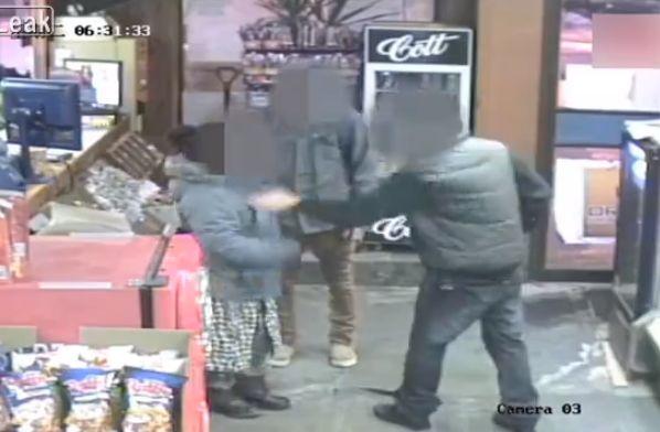 【衝撃】コンビニで女性に殴りかかった男性、旦那にハンマーでボコボコに殴られ失明・・・・・(動画、画像)・1枚目