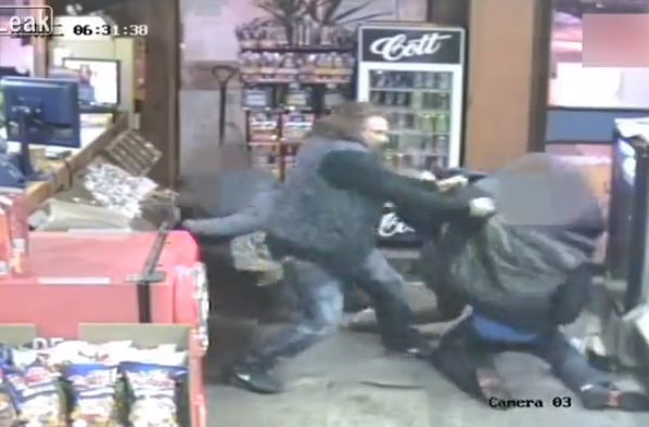 【衝撃】コンビニで女性に殴りかかった男性、旦那にハンマーでボコボコに殴られ失明・・・・・(動画、画像)・2枚目