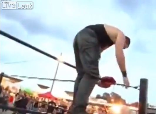 【ヒエッ】プロレスでトップロープから飛び降りたレスラー、足が・・・・・(動画)・1枚目