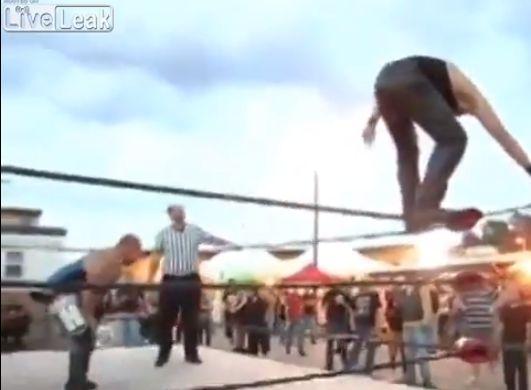 【ヒエッ】プロレスでトップロープから飛び降りたレスラー、足が・・・・・(動画)・2枚目