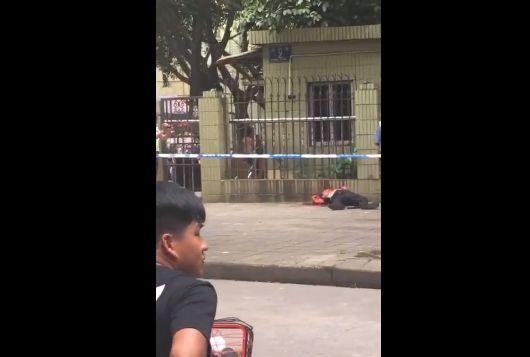 【処刑】男が倒れてる男の首に何度もマチェットを振り下ろす、血が・・・・・(動画)・2枚目