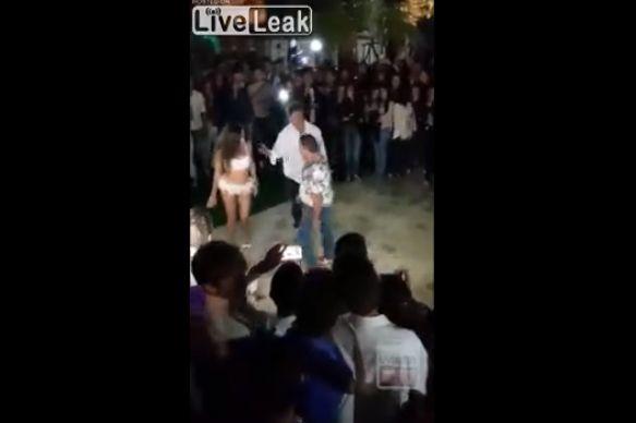 【ノリノリ】嫁同伴なのを忘れてストリッパーと踊りまくったおっさん、そりゃそうなるよ・・・(動画)・1枚目