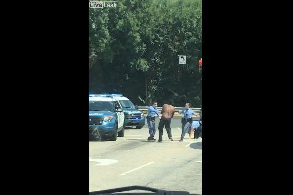 【超タフネス】白人警官4人vs黒人男性、警棒で滅多打ちも全然効いてない・・・・・(動画)・1枚目