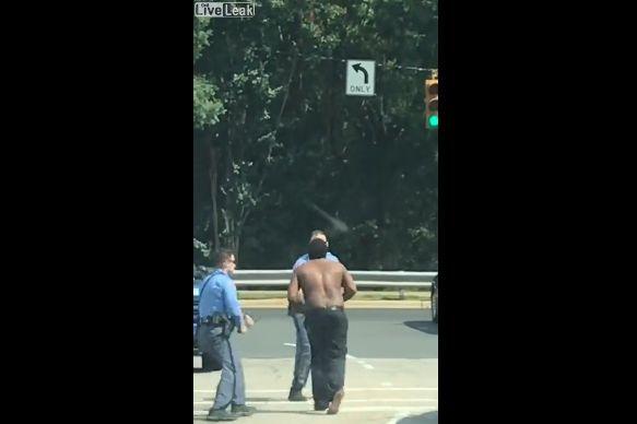 【超タフネス】白人警官4人vs黒人男性、警棒で滅多打ちも全然効いてない・・・・・(動画)・2枚目