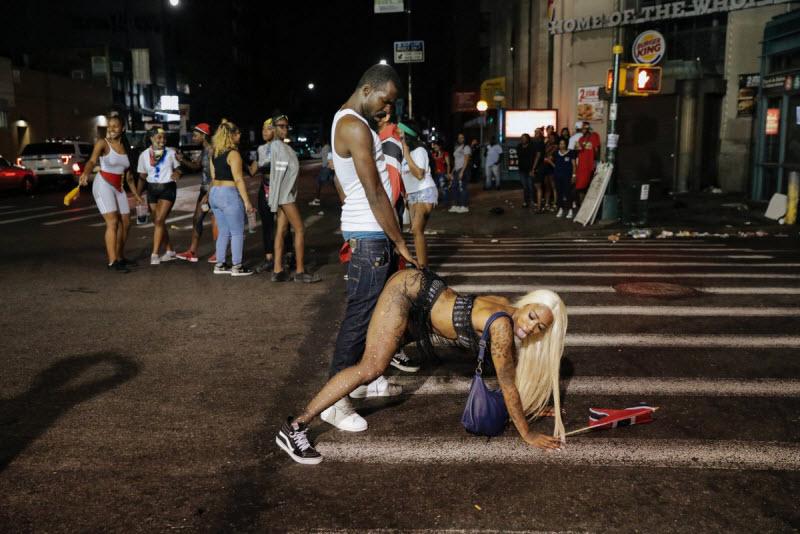 """【エロ祭り】ブルックリンで毎年開催されるカリブの祭り""""J'Ouvert Festival""""、これはカメラ必須だな!!・4枚目"""