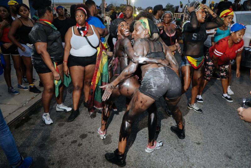 """【エロ祭り】ブルックリンで毎年開催されるカリブの祭り""""J'Ouvert Festival""""、これはカメラ必須だな!!・13枚目"""