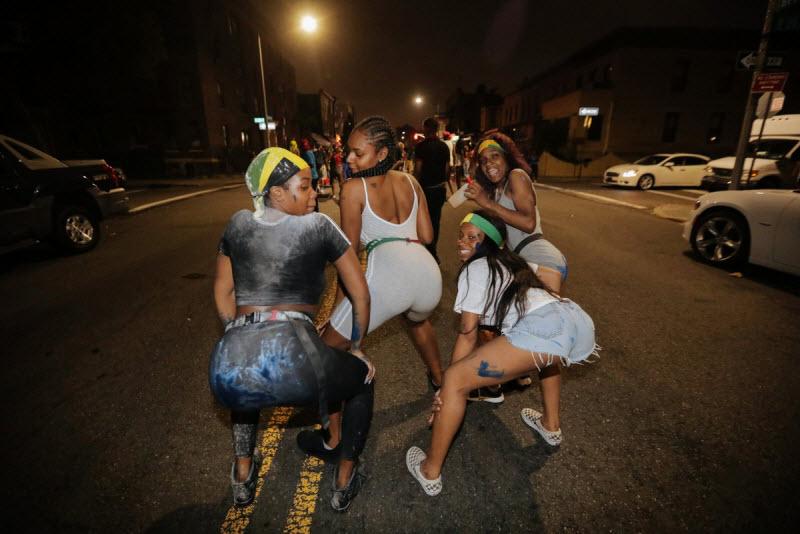 """【エロ祭り】ブルックリンで毎年開催されるカリブの祭り""""J'Ouvert Festival""""、これはカメラ必須だな!!・15枚目"""