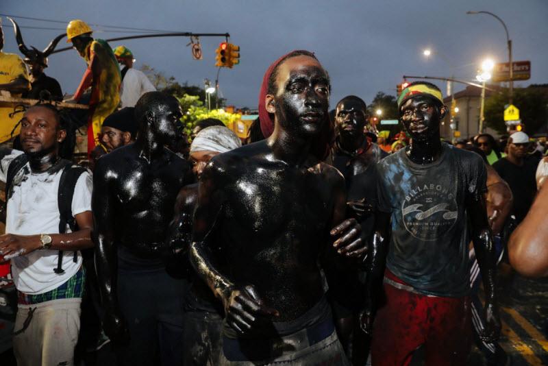 """【エロ祭り】ブルックリンで毎年開催されるカリブの祭り""""J'Ouvert Festival""""、これはカメラ必須だな!!・16枚目"""