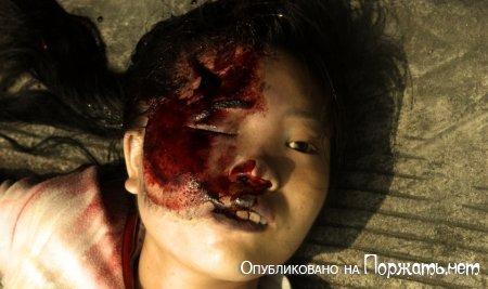 【閲覧注意】飛び降り自殺したアジア人女性、その場で全裸に剥かれてマンコまで調べられる・・・・・(画像)・1枚目