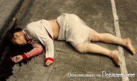【閲覧注意】飛び降り自殺したアジア人女性、その場で全裸に剥かれてマンコまで調べられる・・・・・(画像)・2枚目