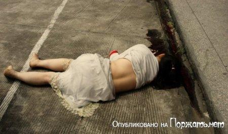 【閲覧注意】飛び降り自殺したアジア人女性、その場で全裸に剥かれてマンコまで調べられる・・・・・(画像)・3枚目