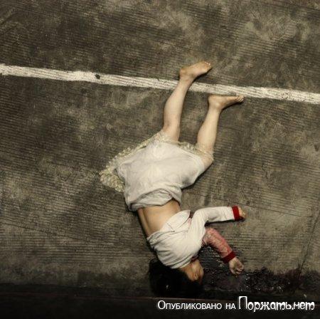 【閲覧注意】飛び降り自殺したアジア人女性、その場で全裸に剥かれてマンコまで調べられる・・・・・(画像)・4枚目