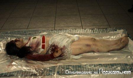 【閲覧注意】飛び降り自殺したアジア人女性、その場で全裸に剥かれてマンコまで調べられる・・・・・(画像)・7枚目