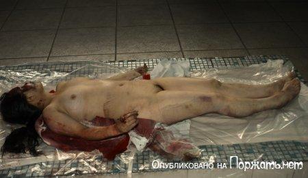 【閲覧注意】飛び降り自殺したアジア人女性、その場で全裸に剥かれてマンコまで調べられる・・・・・(画像)・10枚目