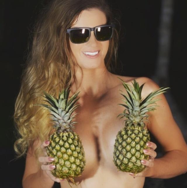 """【トレンド】今海外の若いインスタ女性に流行してる""""pineapple breast""""、さっぱり意味わからん・・・・・(画像)・10枚目"""