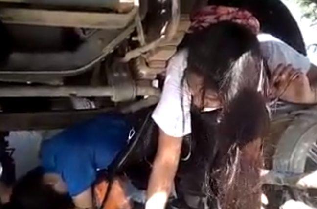 【ミラクル】大事故でトラックの下敷きになった女性二人、懸命の救助で無事生還!!(動画)・2枚目