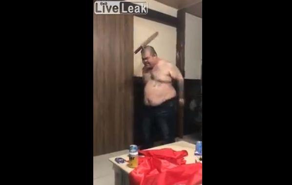 【衝撃】中国の陽気なビックリ人間ニキ、頭に剣を・・・・・(動画)・3枚目