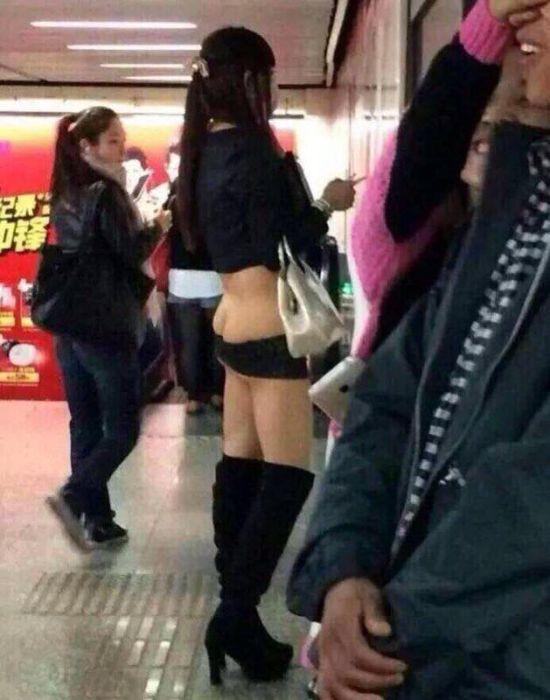 【露出狂】今上海で流行の兆しを見せてる最新のファッション、コレはローライズ女子を超えたわwwwww(画像)・2枚目