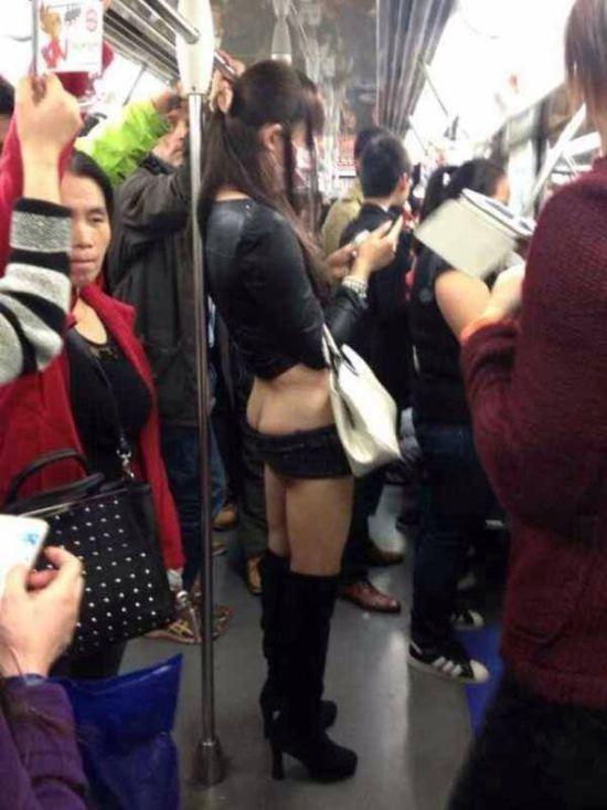 【露出狂】今上海で流行の兆しを見せてる最新のファッション、コレはローライズ女子を超えたわwwwww(画像)・3枚目