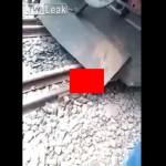 【奇跡】インドで列車に轢かれた男性、この状態からまさかの生還sugeeeeeee!!