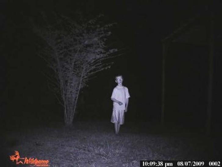【恐怖】狩猟用モーションセンサーカメラに映った物体、ガチで怖過ぎだろ・・・・・(画像)・2枚目