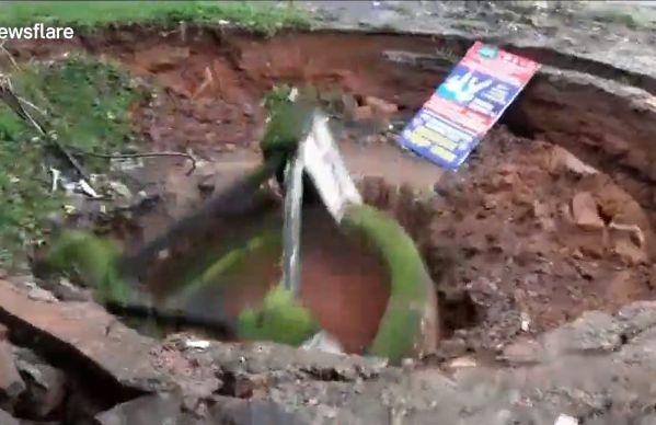 【地盤沈下】井戸が一瞬で完全に消失する衝撃動画、撮ってる奴危な過ぎだろ・・・・・(動画)・3枚目