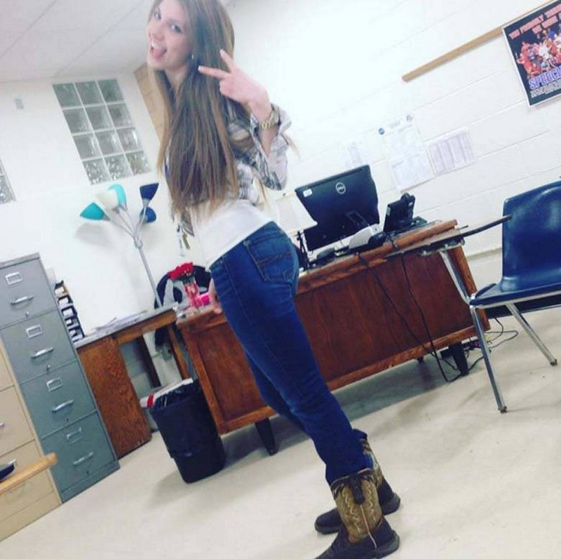 【風紀の乱れ】生徒が撮った世界の授業中の女教師、スカートえらい短いな・・・・・(画像)・1枚目