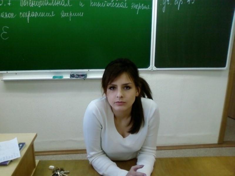 【風紀の乱れ】生徒が撮った世界の授業中の女教師、スカートえらい短いな・・・・・(画像)・5枚目