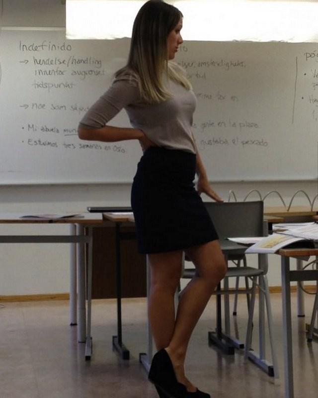 【風紀の乱れ】生徒が撮った世界の授業中の女教師、スカートえらい短いな・・・・・(画像)・7枚目