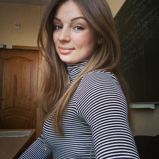 【風紀の乱れ】生徒が撮った世界の授業中の女教師、スカートえらい短いな・・・・・(画像)・9枚目