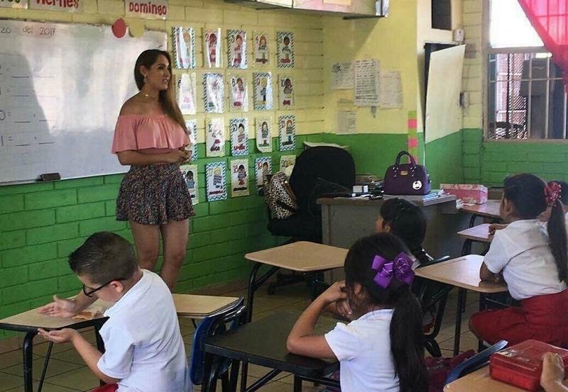 【風紀の乱れ】生徒が撮った世界の授業中の女教師、スカートえらい短いな・・・・・(画像)・13枚目