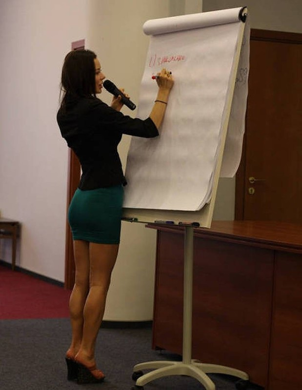 【風紀の乱れ】生徒が撮った世界の授業中の女教師、スカートえらい短いな・・・・・(画像)・16枚目