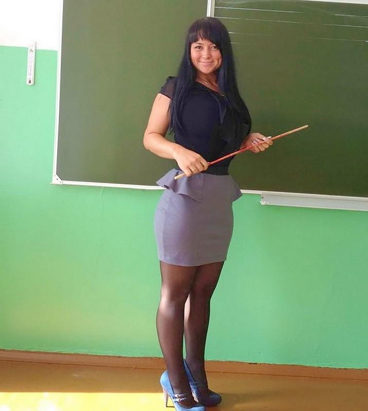【風紀の乱れ】生徒が撮った世界の授業中の女教師、スカートえらい短いな・・・・・(画像)・20枚目