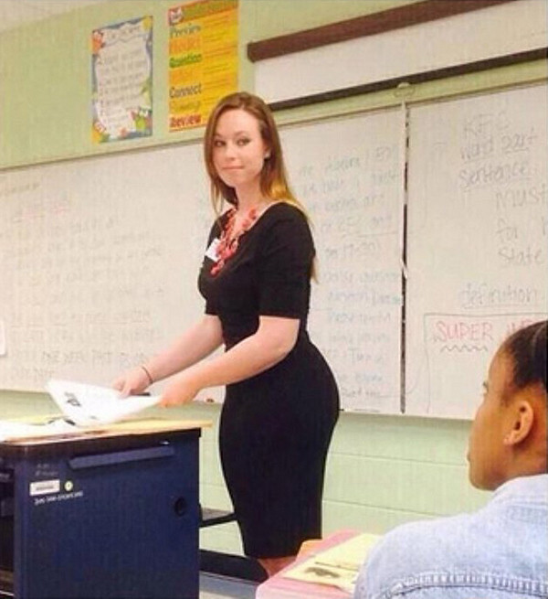 【風紀の乱れ】生徒が撮った世界の授業中の女教師、スカートえらい短いな・・・・・(画像)・24枚目